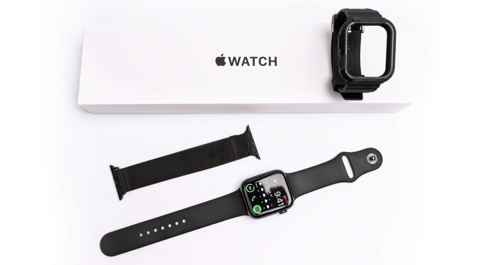 Az Apple Watch SE számos cserélhető szíjjal érhető el a piacon