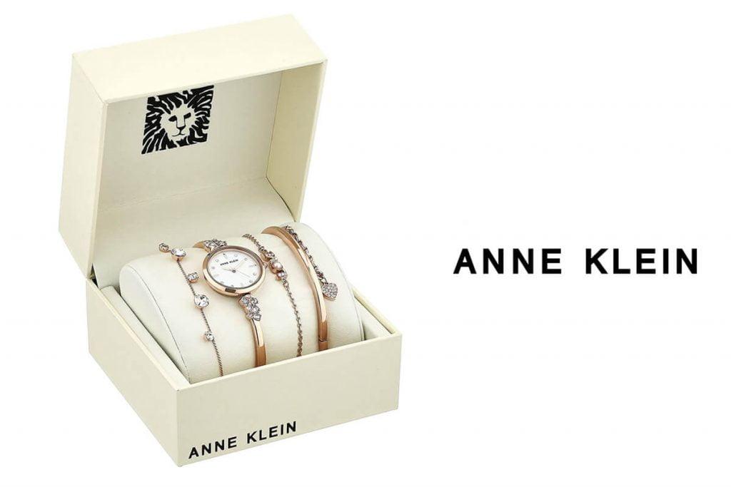 Az igényesebb női közönség számára az Anne Klein márka karkötők és órák szettjeit kínálja